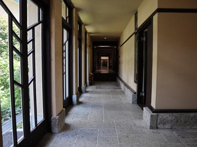 中央棟 学園PR室前から反対川の東棟の眺め。女性用トイレが手前に、男性用トイレが奥に配置されている(トイレに行くだけでライト建築の空間を堪能できる)