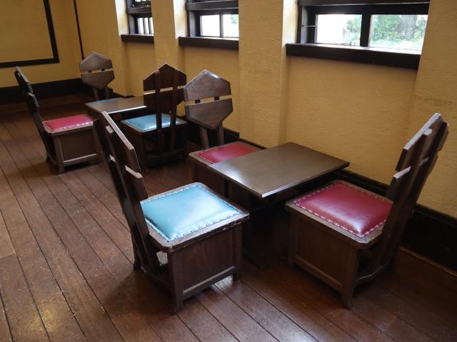 ライトが大正時代にデザインしたテーブルと椅子
