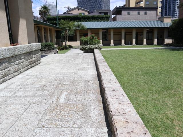 大谷石が敷かれたホール前から東棟の眺め