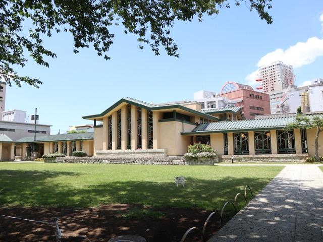 外観_自由学園明日館本館と南面園庭