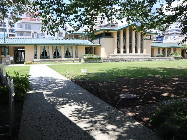 館外 講堂から中央棟・西棟へのアプローチ